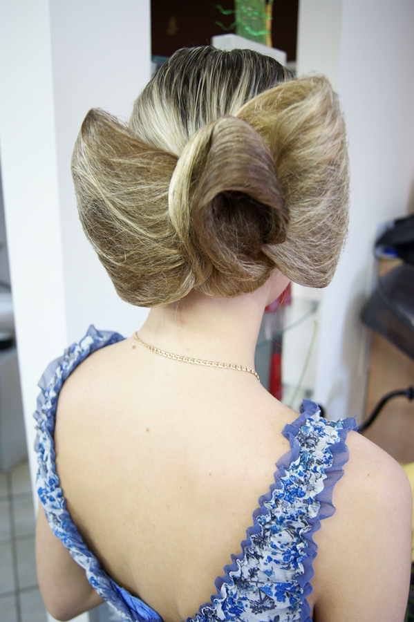 Вы просматриваете изображения у материала: Станьте королевой выпускного бала с салоном красоты ADORA!